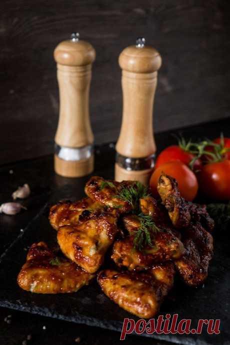 Куриные крылышки в томатном соусе  Калорийность на 100 г — 169 ккал  Ингредиенты:  Куриные крылья — 500 г  Для маринада:  Протертые томаты — 160 г Оливковое масло — 2 ст. л. Чеснок (измельченный) — 3 зубчика Соль, черный перец, сушеный базилик — по вкусу  Приготовление:  1. Смешайте все компоненты для маринада. 2. Замаринуйте крылышки (60-180 минут). 3. Запекайте 35-40 минут (190 °C).  Приятного аппетита!  #горячее@bon