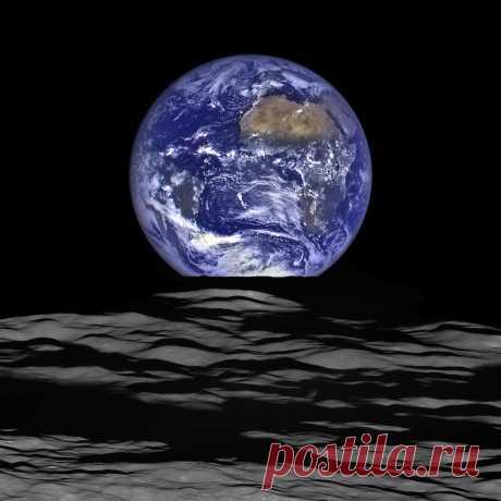 Луна. Вид на Землю, 20.12.2015 01:40:00 Уникальный снимок нашей планеты с очень выигрышной точки на орбите ее естественного спутника сделан принадлежащим НАСА Лунным орбитальным зондом (Lunar Reconnaissance Orbiter (LRO).  «Вид просто потрясающий», — говорит заместитель ...
