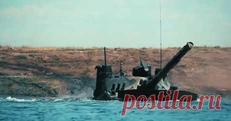 Россия показала миру первый плавающий танк в действии В сеть выложили испытания уникального российского танка Спрут-СДМ1. Они прошли в акватории Черного моря и доказали надежность машины на плаву.