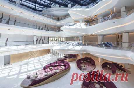 Амбициозный Opus - одно из самых ярких зданий в мире Дубай полон впечатляющих зданий, в том числе самых высоких в мире, но даже в этой компании Opus выделяется как нечто экстраординарное. Этот недавно построенный роскошный отель, спроектированный архитектором Захой Хадид, принимает форму стеклянного куба с восьмиэтажной пустотой в центре.