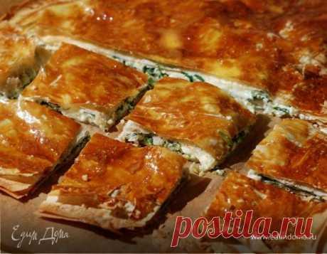 Сырный пирог со шпинатом . Ингредиенты: тесто фило, творог обезжиренный, сыр твердый Тесто фило часто смазывают сливочным маслом, но, когда начинка богатая, как в этом пироге, я использую оливковое. Сухарями лучше посыпать не каждый слой теста, чтобы пирог получился более легким. Е...
