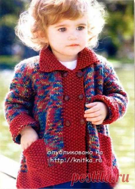 Вязаное пальто для малышки. Вам потребуется: 320 г принтованной пряжи средней толщины (100% акрил) в сине-желто-красной гамме, 80 г пряжи бордового цвета, 6 пуговиц бордового цвета.