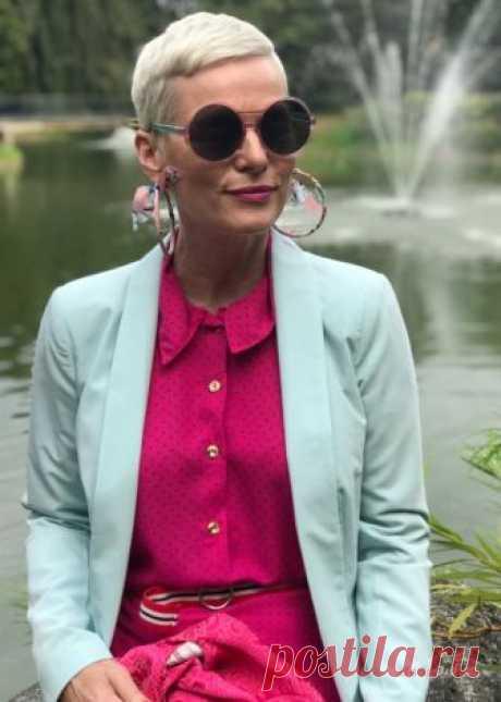 Мода за 50+ Не так давно в Нью-Йорк Таймс вышла статья «Не одевайтесь на свой возраст», призывающая женщин игнорировать советы по стилю, запрещающие носить определённые вещи после 40 лет. В комментариях к ней в знак солидарности отметились сотни женщин, уставших подгонять свой стиль под возрастные рамки. Сейчас