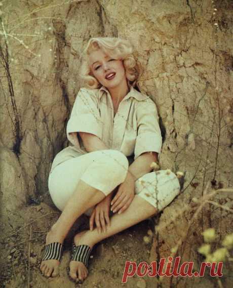 Marilyn Monroe, 1953, Los Angeles, Rock sitting - 02-1 - Photo de photographe Milton H Greene - starsicones