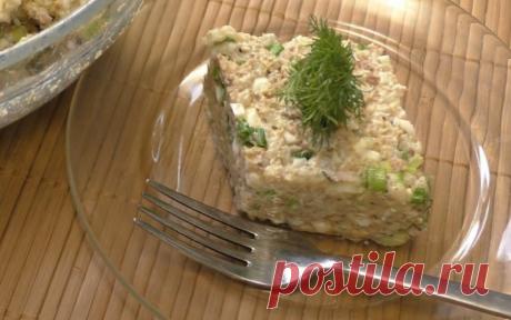 Простой салат из риса и консервированной скумбрии с яйцом