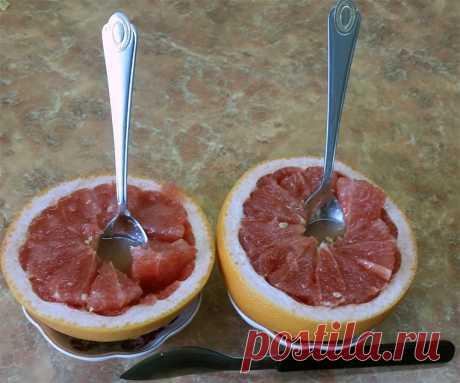 Удивительно простой десерт из грейпфрута за пять минут!   Чёрт побери Один большой грейпфрут (на две порции), сахар, прямой нож, нож с загнутым кончиком, пара пиалушек и чайных ложек.    Изготовление. Режем грейпфрут пополам по экватору. Половинки вставляем в пиалушки. Ножом с закругленным кончиком подрезаем мякоть от шкурки, не повреждая последнюю. Прямым ножом режем мякоть по меридианам (опять же сохраняя шкурку. Сверху высыпаем 1..2 чайных ложек сахара. Даём постоять ми...