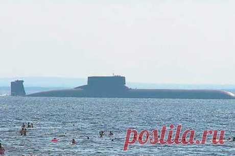 Атомная субмарина размером с авианосец - Глобус - медиаплатформа МирТесен Самая большая подводная лодка за всю историю сошла со стапелей Советского союза. «Акула» стала реальным левиафаном времен Холодной войны: на борту субмарина несла ракеты, способные уничтожить до 200 целей. Спецы НАТО прозвали субмарину «Тайфуном». И это название ей тоже подходит идеально —