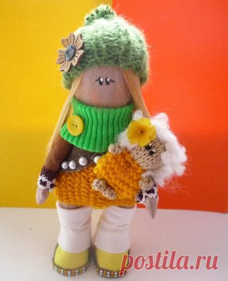 Текстильная кукла ручной работы фото Знакомьтесь новая куколка, текстильная кукла ручной работы Мила с фото. Мила очень яркая и солнечная девочка! Рост 24-25 сантиметров. Одежда на снимается. Обувь на детке ручной работы.