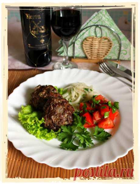 De carne bitochki con la cebolla marinada y la ensalada aguda de los tomates poshagovyy la receta con las fotografías