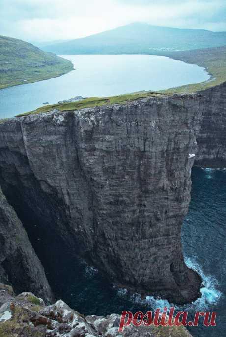 20 невероятных мест на планете, в существование которых сложно поверить (27 фото)       Наш мир полон чудес. Различные географические локации, климатические условия и даже сезоны предлагают широкий спектр природных чудес, которые захватывают дух  Озеро на Фарерских островах, путеше…