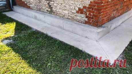 Как сделать бетонную отмостку под фундаментом вечной Бетонная отмостка, залитая под фундаментом с целью отвода от него осадков, практически всегда имеет трещины. Они расходятся в разные стороны как паутина. Это выглядит некрасиво, к тому же сквозь трещины под бетон просачивается вода. В итоге зимой она замерзает, и отмостка разрушается, причем с