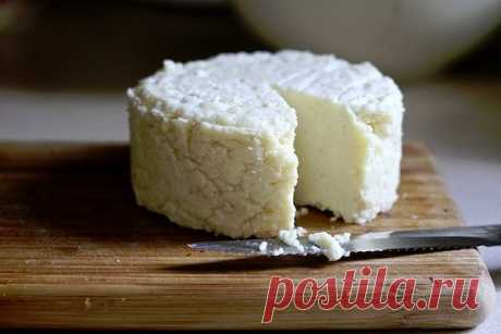 ТОР - 14 Подборка вкусных домашних сыров.  1.Домашняя моцарелла.  Ингредиенты:  На 2 порции: ●1 л молока ●125 г натурального йогурта ●1,5 ч.л. соли (можно больше, кто как любит) получается не сильно солёная ●1 ст.л. уксусной эссенции (25%)  Приготовление:  Молоко с солью нагреть, но не доводить до кипения. Добавить йогурт, перемешать, добавить уксус, хорошо перемешать и убрать с плиты. Дуршлаг застелить чистой марлей свёрнутой примерно в 4 слоя, вылить туда свернувшееся мо...