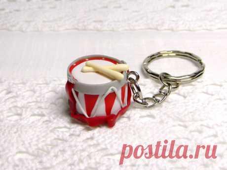 Подарок своими руками из полимерной глины: Брелок «Барабан»