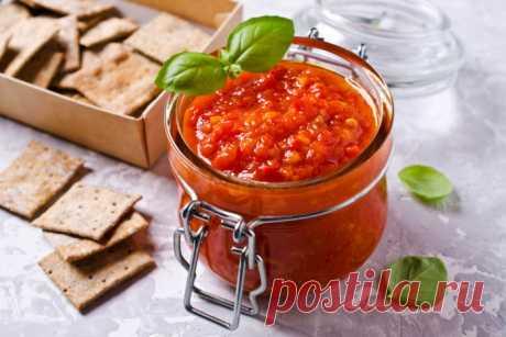 Вкуснейший томатный соус! И 3 блюда с его использованием. Смотри видео! Сегодня вы узнаете, как сделать самый вкусный соус, плюс три блюда с этим соусом. Данный соус заготавливается на зиму, поэтому после его получения, соус надо будет разлить по стерилизованным банкам и закрыть стерилизованными крышками. Для начала берем помидоры сортов типа пальчики, потому что этот сорт при запекании не теряет свою влагу, и режем на половинки....