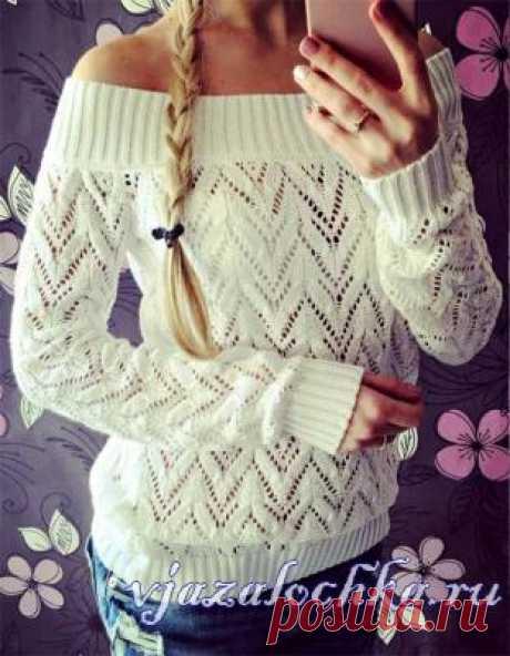 Белый пуловер спицами ажурным узором