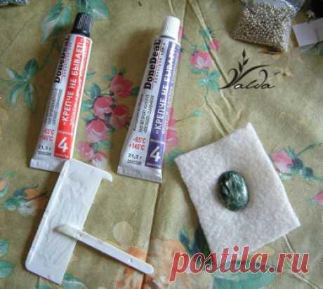Мастер-класс по изготовлению броши. Итак, решилась приступить к своему первому виртуальному мастер-классу( тем более фотки готовые есть).Сделан он на примере броши Кокетка с серафинитом. Нам необходимо приготовить: -плотную ткань (для вышивки) -кожу (для подкладки) -картон -клей на ваш выбор (момент, или какой-нибудь…