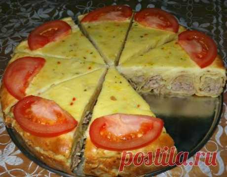 """Блинная """"улитка""""с мясным фаршем, в сметанной заливке, вкуснятина Ингредиенты: -яйцо – 2 штуки; -молоко – 2 стакана; -мука – 1 стакан; -сахар – 1 ложечка; -соль – ¼ ложечки; -мягкий маргарин – 50 грамм. для начинки: -500 г сырого фарша -2-3 средних луковицы -готовое картофельное пюре (4-5 средних картофелин) -2-3 зубчика чеснока -соль -перец для заливки: -2-3 яйца -2-3 столовые ложки муки -4-5 столовые ложки сметаны -17 г молока -соль Приготовление: Первым делом, готовим тесто на…"""