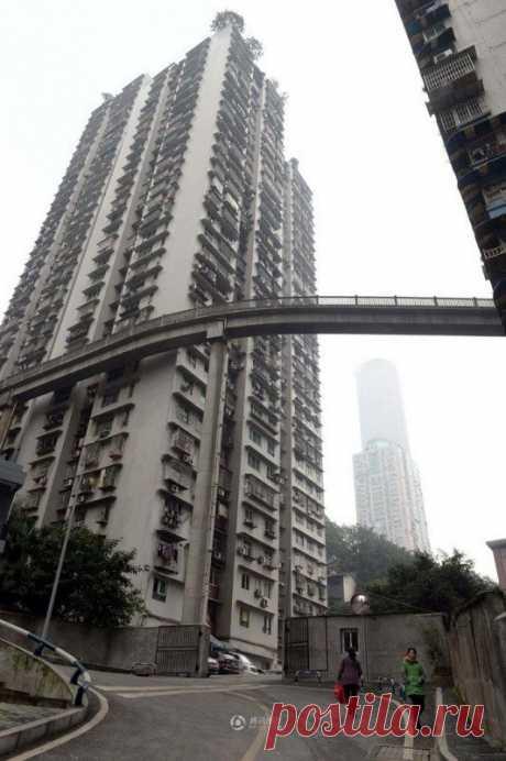 Мост между домами в Китае