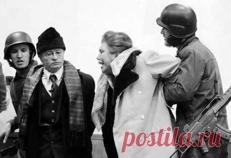 Казнь Чаушеску: что румынский Сталин сказал перед смертью Не все диктаторы мирно доживают свой век. Вот и Николае Чаушеску, возглавлявший румынскую компартию с 1965 года, был расстрелян 25 декабря 1989 года вместе с супругой Еленой по приговору военного трибунала. Тогда румынский телеведущий, сообщивший о казни, произнес фразу, ставшую крылатой: «Антихрист был убит в Рождество». А ведь еще за несколько дней до этого власть правителя казалась незыблемой.