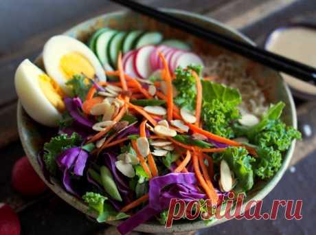 Простой японский салат Очень люблю этот полезный простой японский салат! Интересное сочетание краснокочанной капусты с морковью, редисом и свежим огурцом с японской заправкой.
