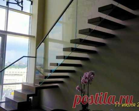 Консольная лестница на стекле