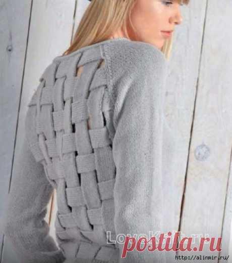 Джемпер из переплетенных полос на спине спицами