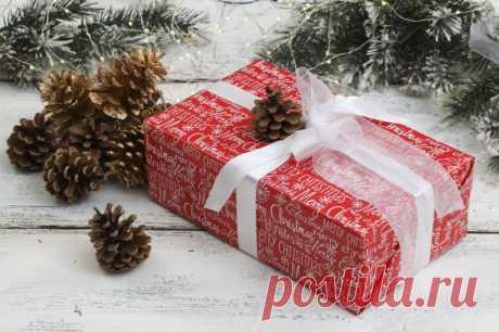 Как красиво упаковать подарок своими руками в подарочную бумагу? Как упаковать подарок проще всего в подарочную бумагу? Вот простая инструкция, которая поможет вам разобраться с классической прямоугольной коробкой.
