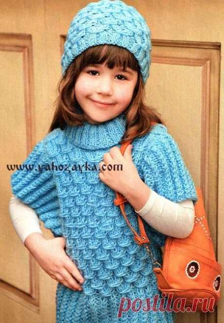 Голубой жилет и шапочка для девочки спицами. Детский вязаный спицами комплект