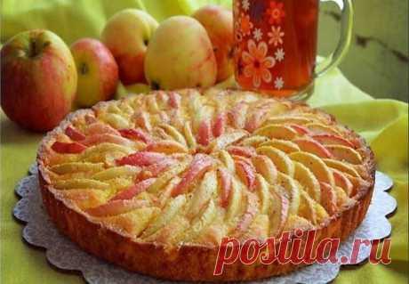 """Пирог """"Яблоки на снегу"""" с очень нежной начинкой, просто тает во рту Ингредиенты:-Яблоки — 1 кг Для теста:-Мука — 1,5 стакана-Сметана — 0,5 стакана-Масло сливочное — 150 г-Сода — 1 ч. л.Для крема:-Сметана — 1 стакан-Яйца — 1 шт.-Сахар — 1-1,5 стакана-Мука — 2 ст. л.Приготовление: 1. Яблоки почистить, нарезать тонко. Залить кипятком,пока готовите тесто.2. Растопить масло, остудить, смешать с остальными ингредиентами, соду погасить уксусом.Убрать в холодильник ..."""
