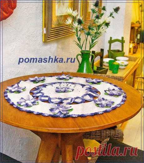 Круглая салфетка с голубыми цветами крючком