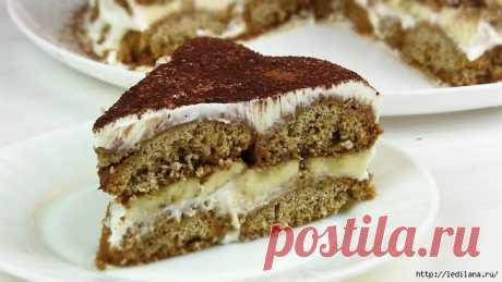Торт без выпечки из овсяного печенья, с кофе, бананами и сметаной