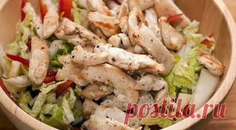 Салат с куриной грудкой - Вкусный стол Салат с куриной грудкой Салат из овощей и яблока со слегка обжаренной куриной грудкой и заправкой на