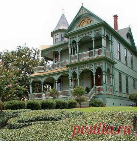 Этот исторический дом Вуд-Хьюз расположен в Бренхаме, штат Техас. Владельцы В. А. Вуд и его жена Фанни (Уилер) построили дом в 1897. году.