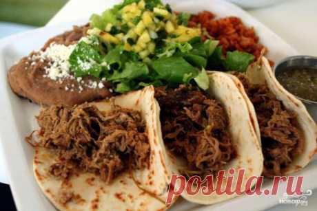 Karnitas – la carne de cerdo con el jugo de naranja y de limón, el ajo y kinzoy, estofado en la cerveza
