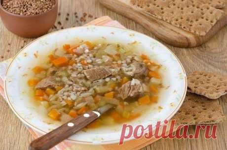 Гречневый суп с говядиной  • 100 г 192 ккал • Б 13 • Ж 8 • У 16 •  600 г мякоти говядины 1,5 стакана гречневой крупы 1 картофелина 1/2 небольшого корня сельдерея 1 морковь 1 репчатая луковица 1 ст.л. растительного масла 1-2 лавровых листа душистый перец горошком 2-3 зубчика чеснока соль, перец  Мясо промыть и нарезать на куски, залить 2 л холодной воды, довести до кипения и убавить огонь. Снять пену, добавить лавровый лист, душистый перец и соль. Варить до готовности мяса ...