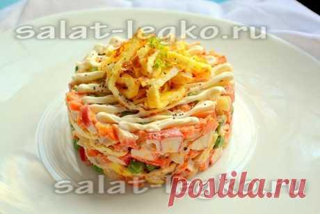 Салат с крабовыми палочками, яичными блинчиками и овощами, рецепт с фото