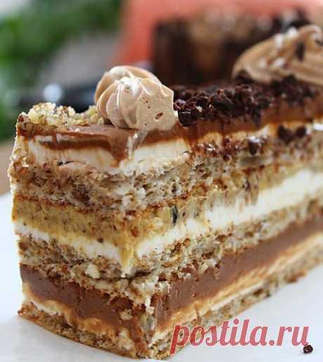 Хорватский торт Ингредиенты Для коржа: 3 х 5 яичных белков 3 х 10 ложек сахарной пудры 3 х 5 ложек молотых грецких орехов 3 х 2 ложки муки Для крема:...