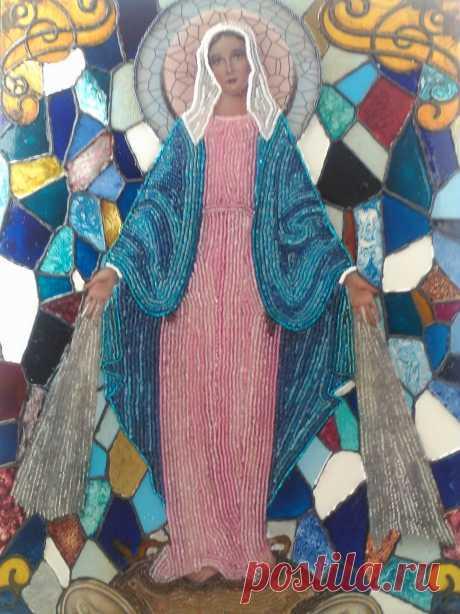 VIRGEN LA MILAGROSA Imagen decorada en chaquiras y vitrales.