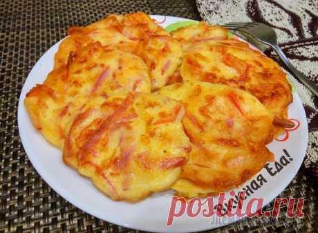 Оладьи с колбасой и сыром на завтрак.