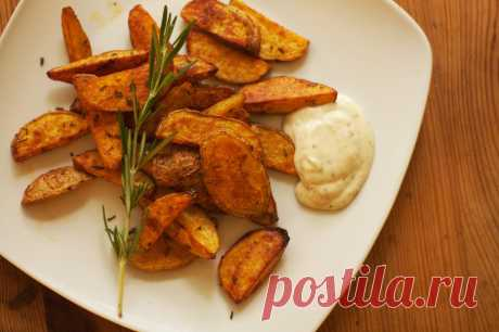 Картофель по-деревенски привлекает кулинаров своим особенным сочетанием простоты приготовления и непревзойденных вкусовых качеств. Такой рецепт позволит приготовить отличный гарнир к овощам, рыбным и мясным блюдам. Для данного рецепта понадобятся следующие продукты: 900 грамм картофеля, 60 миллилитров растительного масла, 1⁄2 чайной ложки красного сладкого перца, 1⁄2 чайной ложки черного перца, 1⁄2 чайной ложки каждой из пряных...