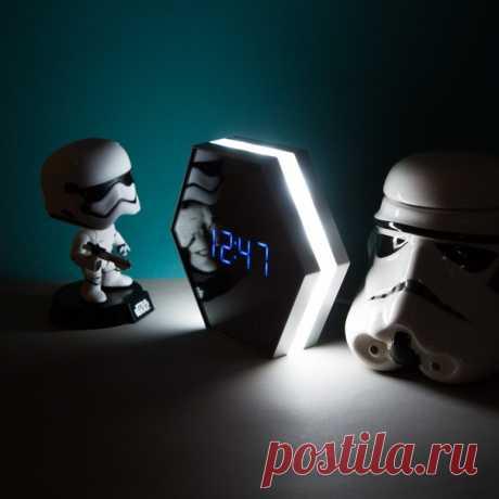 Смотрите какие необычные часы 😳 В этих часах встроенный будильник, лампа, термометр и зеркало! Просто универсальная вещь 🚀 Удивляй друзей необычными подарками☺