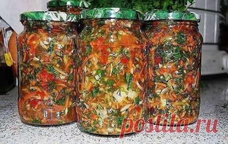 Заправка для солянок и рассольников  Ингредиенты: -Огурцы - 2 кг -Лук репчатый - 300 г -Морковь - 300 г -Чеснок - 1 головка -Укроп, петрушка - по вкусу -Сахар - 3 ст. л. -Соль - 1,5-2 ст. л. -Уксус 9 % - 7 ст. л. -Растительное масло - 1 стакан  Режем зелень, огурцы и лук кубиками. Морковь - на терке, чеснок - на давилке. Добавляем 3 ст. ложки сахара, 1,5-2 ст. ложки соли, 7 ст. ложек уксуса 9%, 1 стакан растительного масла. Все хорошо перемешиваем и оставляем на 3-4 часа. ...