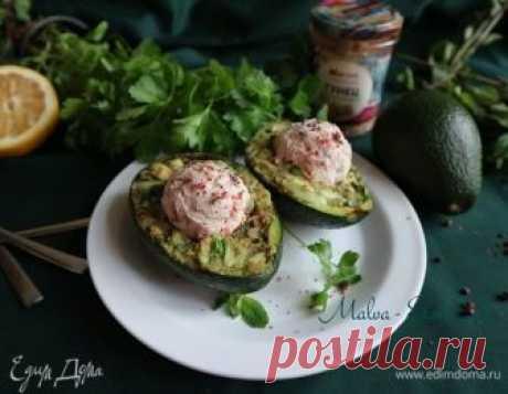 Салат с тунцом и авокадо. Ингредиенты: тунец консервированный, форель холодного копчения, авокадо