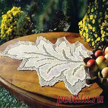 """Салфетка крючком """"Осенний лист"""" в технике филейного вязания Салфетка """"осенний лист"""" в филейной технике, связанная крючком. Размер: приблизительно 74 на 59 см Нитки: 200 гр х/б 280 метров в 50 гр. Крючок: номер 1,25 – 1,5 Плотность вязания: 14 белых квадратов в ширину и 16,5 рядов в высоту будут равны 10 на 10 см. Описание работы: Начать вязать по схеме с правого (!) нижнего края. Для этого набрать 45 петель плюс 3 петли подъема и вязать по схеме первые три ряда и отложить ..."""