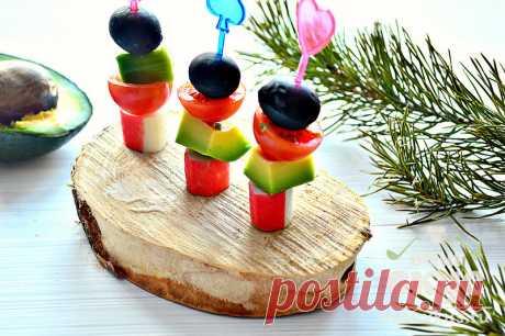 «Канапе с крабовыми палочками и авокадо.» — карточка пользователя Наталья Р. в Яндекс.Коллекциях