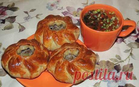 Вак балиш (маленькие пироги с мясом и картошкой)  Вам потребуется: Мука - 700 гр., Масло сливочное - 250 гр., Кефир - 500 мл., Сода чайная - 1 ч.л., Соль - 1 ч.л. Начинка: Говядина (мякоть) - 0,5 кг., Картофель (средний) - 7 шт., Лук репчатый - 3 шт., Соль, перец черный молотый - по вкусу Для бульона: Вода - 300 мл., Масло сливочное - 50 гр. Соль - 1/3 ч.л. Для смазывания пирогов - 1 яйцо.  Как готовить:  1. В чашку всыпать 700 гр. муки. Натереть(туда же) на тёрке холодное...