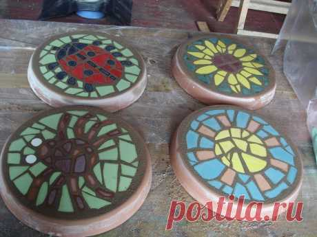 Дорожки в саду своими руками из бетона и старой плитки Мы расскажем, как сделать декоративные камни для дорожки в саду, создав мозаику из плитки. Инструкция, чтобы создать садовую дорожку из бетона под камень, с фото внутри.   Идеи для изготовления садовы…