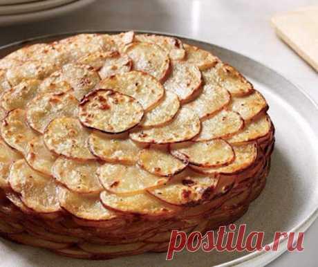 Французский рецепт, покоривший мир своей простотой и необычайным вкусом      Картофель «Буланжер»  Нам понадобится: - 1 кг картофеля - 2 головки репчатого лука - 60 г сливочного масла - 400 мл молока - соль - молотый черный перец  Приготовление:  1. Очистите и наре…