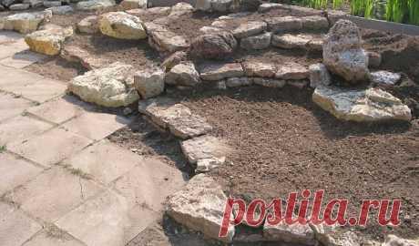 СТРОИМ КАМЕНИСТУЮ ГОРКУ Создаём каменистый сад с Юрием Марковским Построение любой горки начинается с дренажного основания. На грунтах с близкими грунтовыми водами дополнительно необходима выкопка котлована и заполнение его дренажом. На песках такая проблема отсутствует. Для дренажной основы насыпают холм из гравия, щебня, строительного мусора, или иных, не гниющих материалов, придавая ему приблизительную форму будущей горки... читать далее