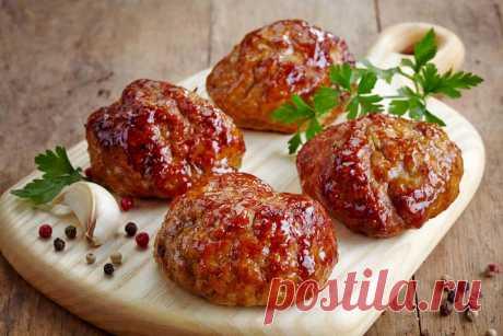 Потрясающие котлеты с болгарским перцем Как можно сделать обычные котлеты еще более вкусными? Все дело в одном маленьком ингредиенте — болгарский перец, который добавляется в фарш!